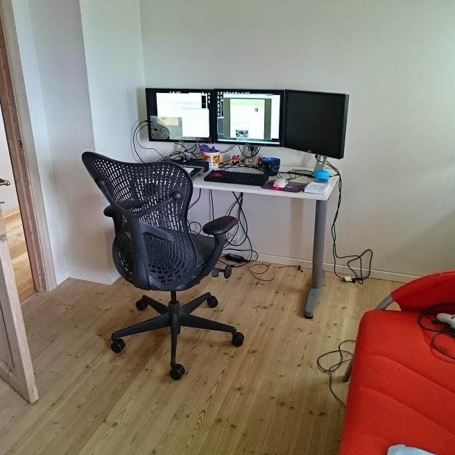 Mein Büro: ein Stuhl, ein Tisch, drei Monitore, Computer